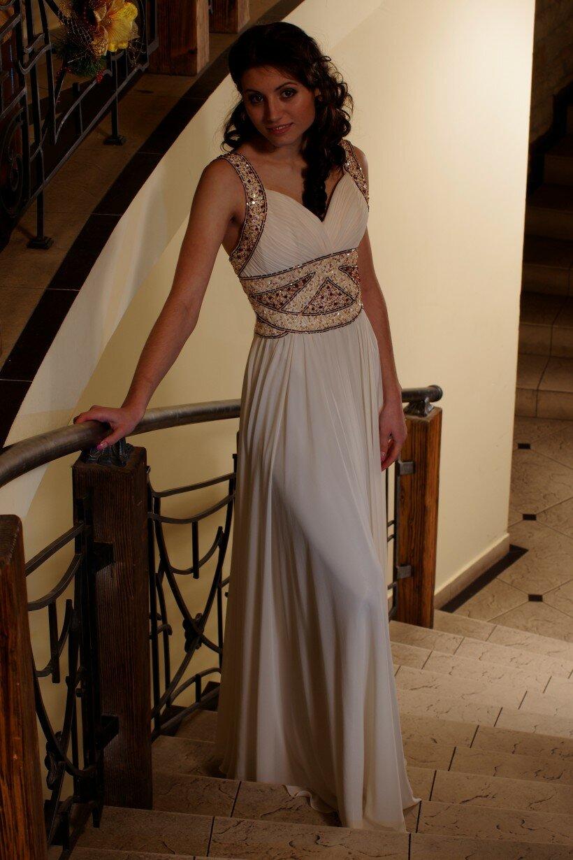 Довга вечірня сукня молочного кольору