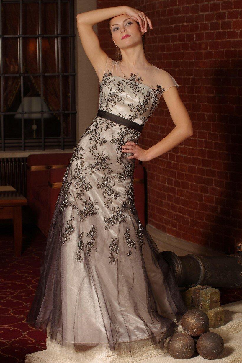 Класична чорно-біла вечірня сукня
